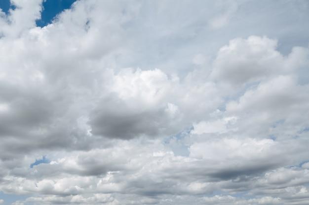 Schöner bewölkter himmel. die wolken verdichten sich. der himmel vor dem regen.