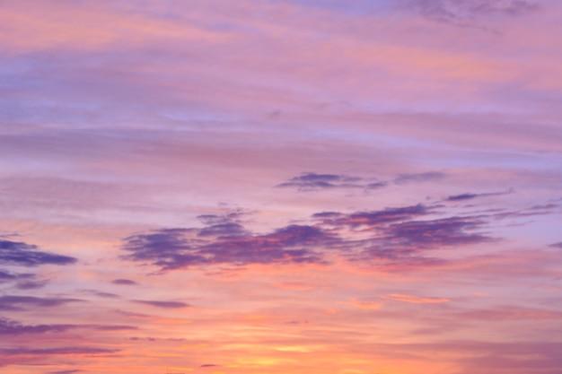 Schöner blauer himmel bei sonnenuntergang. helle wolken. himmel hintergrund.