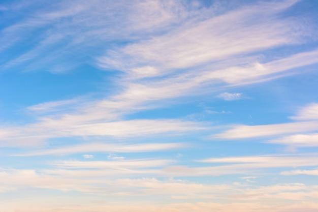 Schöner blauer himmel. helle dynamische wolken. himmel hintergrund.