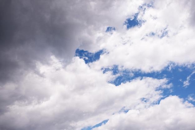 Schöner blauer himmel mit bewölktem