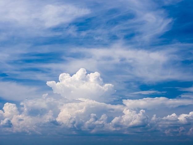 Schöner blauer himmel mit cumuluswolkenhintergrund