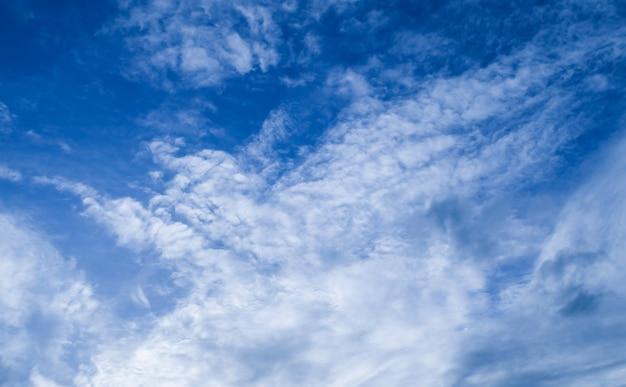 Schöner blauer himmel mit kleinen weißen wolken