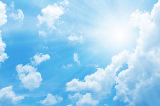 Schöner blauer himmel mit sonne für hintergrund