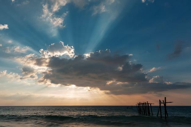 Schöner blauer himmel mit sonnenlicht und wolke am abend