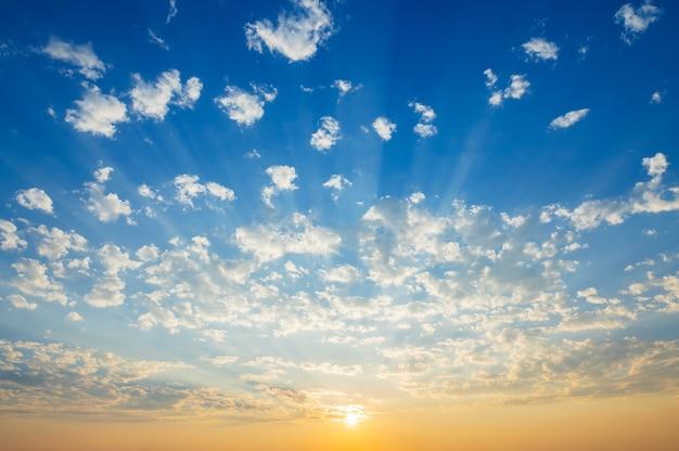Schöner blauer himmel mit sonnenuntergang und sonnenstrahl