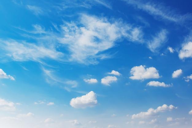Schöner blauer himmel mit weißer wolke