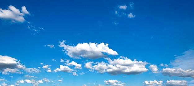 Schöner blauer himmel mit wolke
