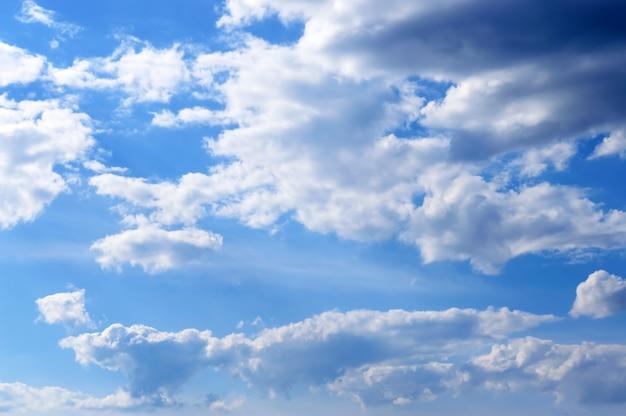 Schöner blauer himmel mit wolken. bewölkter himmel bei gutem wetter.