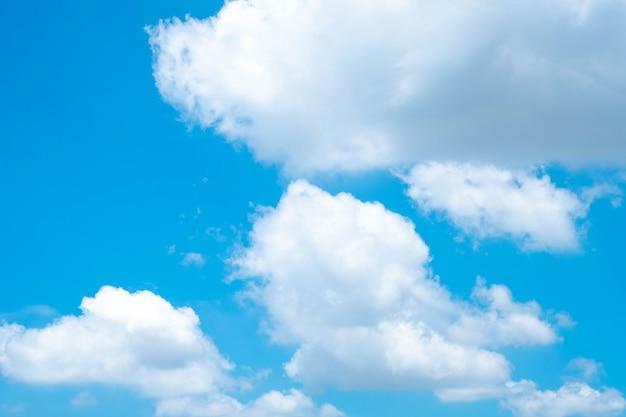 Schöner blauer himmel mit wolken für hintergrund. schöner blauer himmel.