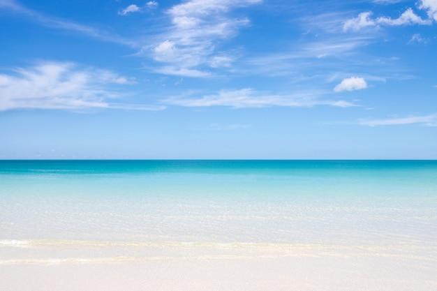Schöner, blauer himmel mit wolken- und strandhintergrund