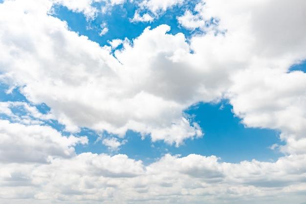 Schöner blauer himmel mit wolken