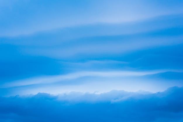 Schöner blauer himmel mit wolkenbildungshintergrund