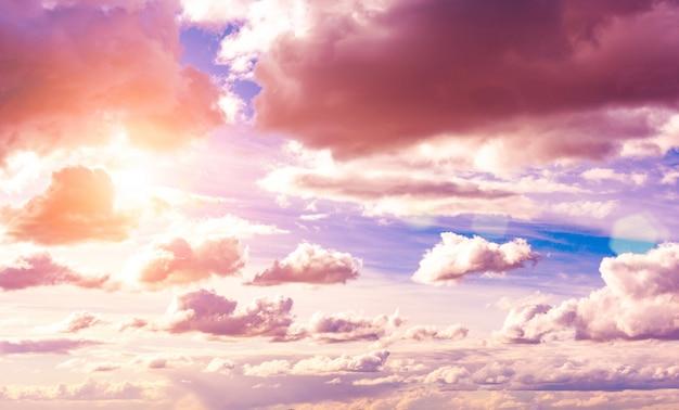 Schöner blauer himmel mit wolkenraum. himmelswolken.