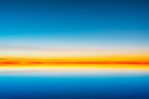 Schöner blauer himmel nach sonnenuntergang auf seehintergrund.