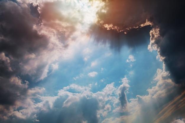 Schöner blauer himmel sonnenuntergangwolken, vanillefarbe.