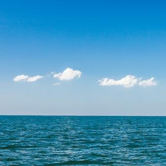 Schöner blauer himmel und wolken über tropischem ozean