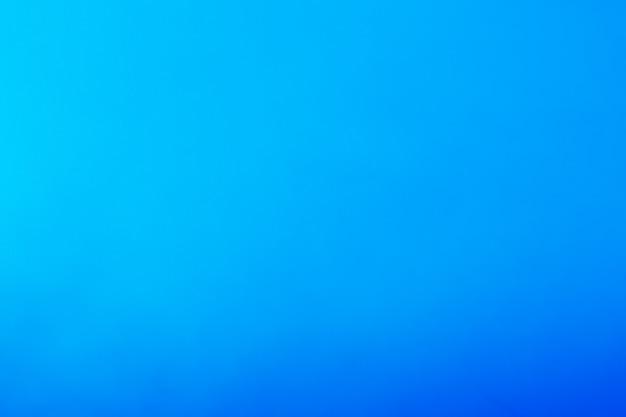 Schöner blauer hintergrund, der von hell zu dunkel schattiert. konzept himmel, luft und meer.