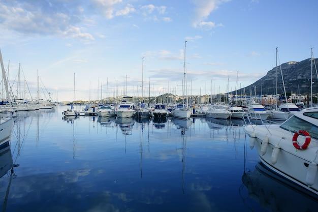 Schöner blauer jachthafen im mittelmeer