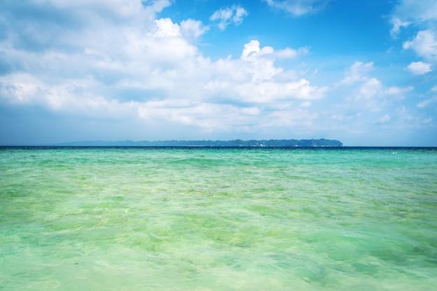 Schöner blauer karibischer meerwasserhorizont. blauer himmel mit weißen wolken und blauem meer