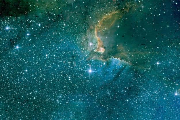 Schöner blauer nebelfleck mit sternen. hintergrundtextur. elemente dieses bildes wurden von der nasa bereitgestellt. für jeden zweck.