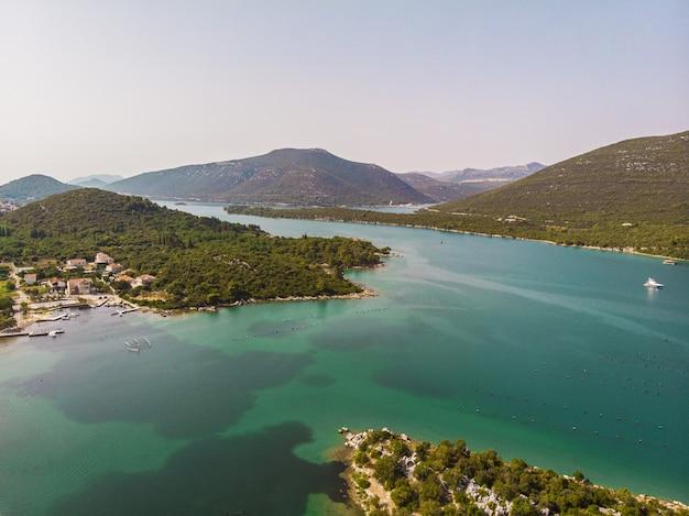 Schöner blauer seeinselarchipel in kroatien-luftmeerblick