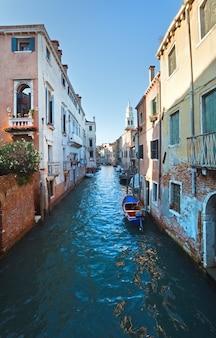 Schöner blick auf den venezianischen kanal im sommer (venedig, italien)