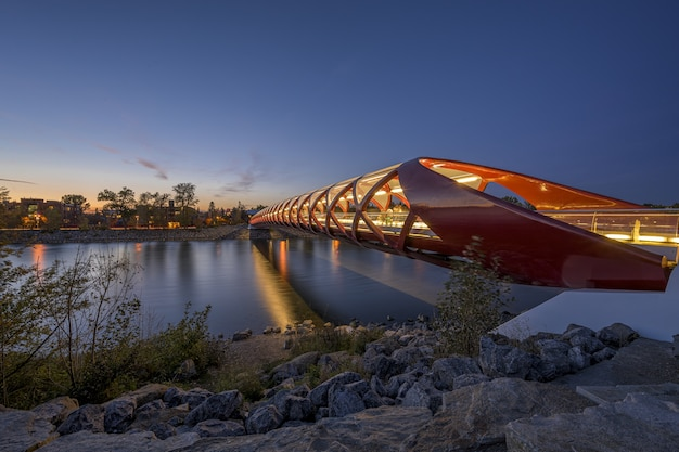 Schöner blick auf die friedensbrücke über den fluss, der in calgary, kanada gefangen genommen wird