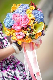 Schöner blumenblumenstrauß holded in der hand
