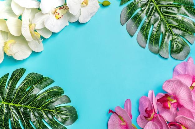 Schöner blumenhintergrund des tropischen baums verlässt monstera und palme, orchideenblume