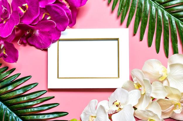 Schöner blumenhintergrund des tropischen baums verlässt palme, monstera, orchideenblumen