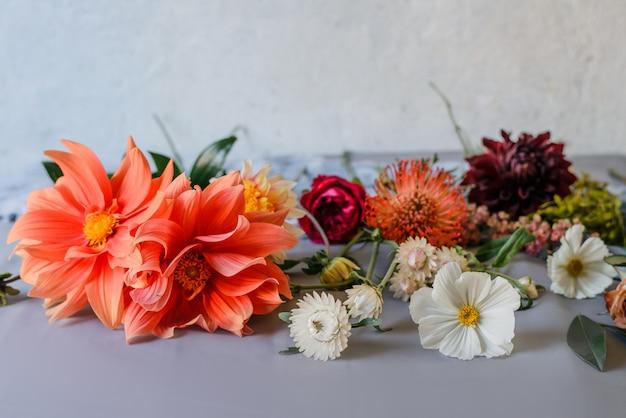 Schöner blumenhintergrund mit gartenblumen. blumenstraußzubereitung. nahansicht