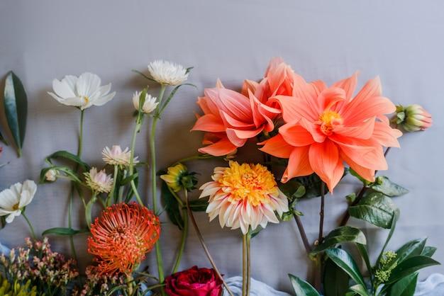 Schöner blumenhintergrund mit gartenblumen. blumenstraußzubereitung. speicherplatz kopieren