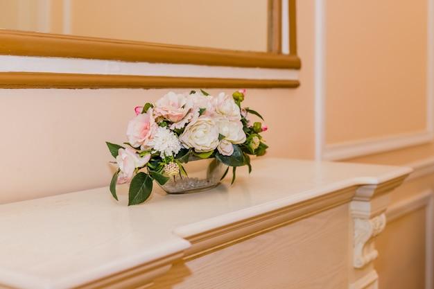Schöner blumenhochzeitsblumenstrauß von weißen rosen, rosa rosen, mit zweigen des eukalyptus auf weißem regal