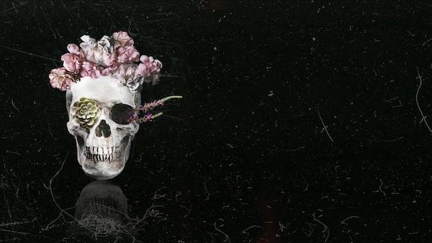 Schöner blumenschädel mit schwarzem kopienraumhintergrund