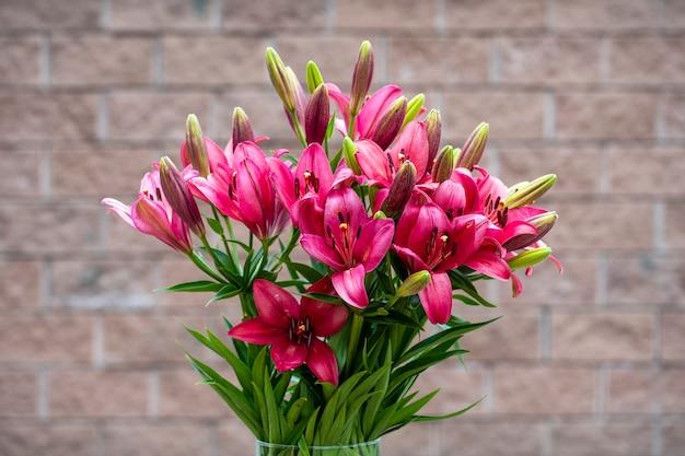 Schöner blumenstrauß aus roten lilienblumen in einer vase im hof, ukraine, nahaufnahme