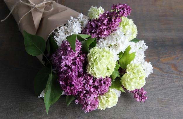 Schöner blumenstrauß der frühlingsblumen auf farbe holz