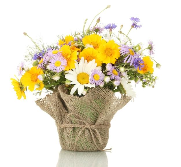 Schöner blumenstrauß der hellen wildblumen im blumentopf, lokalisiert auf weiß