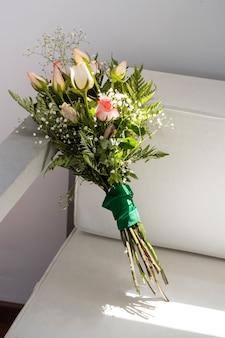 Schöner blumenstrauß der vorderansicht von rosen
