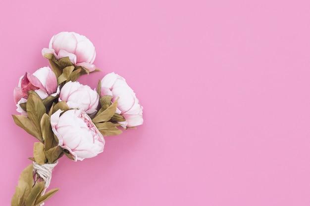 Schöner blumenstrauß für den tag der mutter auf rosa hintergrund