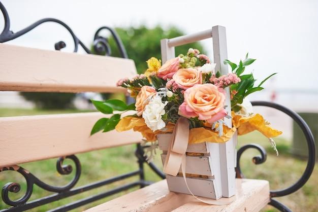 Schöner blumenstrauß in einer vase blumendekoration in der hochzeitszeremonie.