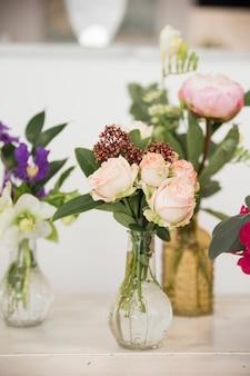Schöner blumenstrauß von blumen im vase auf tabelle