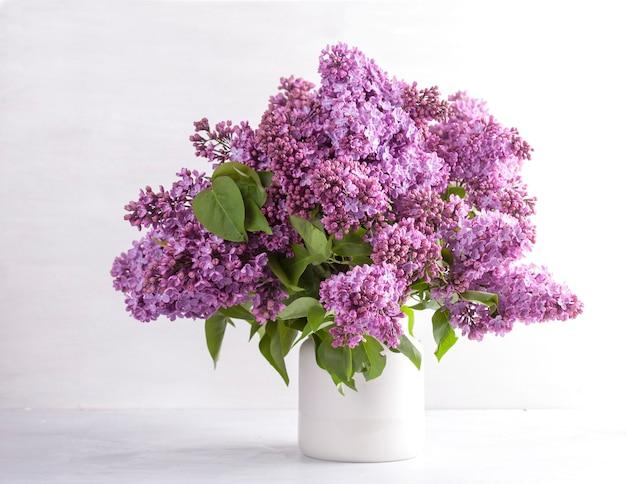 Schöner blumenstrauß von frischen lila blumen