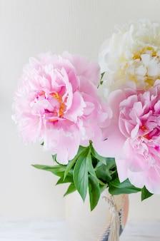 Schöner blumenstrauß von rosa und weißen pfingstrosen