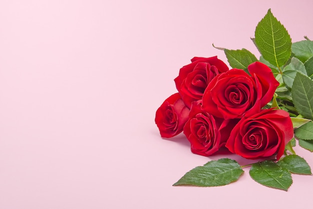Schöner blumenstrauß von rosen auf rosa hintergrund. das konzept des valentinstags, muttertag, 8. märz.