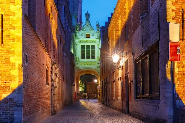Schöner bogen zwischen altem standesamt und rathaus, eleganter eingang zum burgplatz, brügge, belgien.