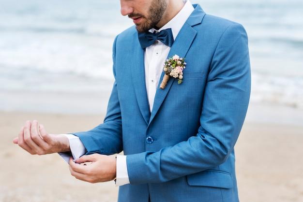 Schöner bräutigam am strand