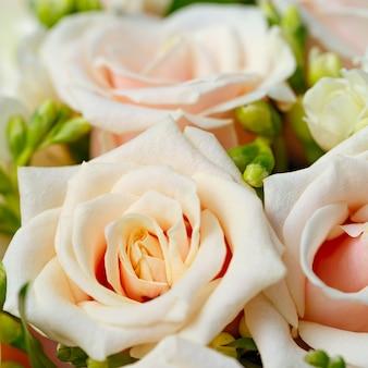 Schöner brautstrauß aus rosen auf einer hochzeitsfeier