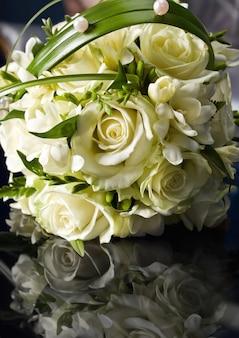 Schöner brautstrauß aus rosen ausgeführt