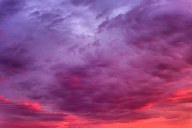Schöner brennender sonnenuntergang auf dem himmel. wunderschöne landschaft. hintergrund.