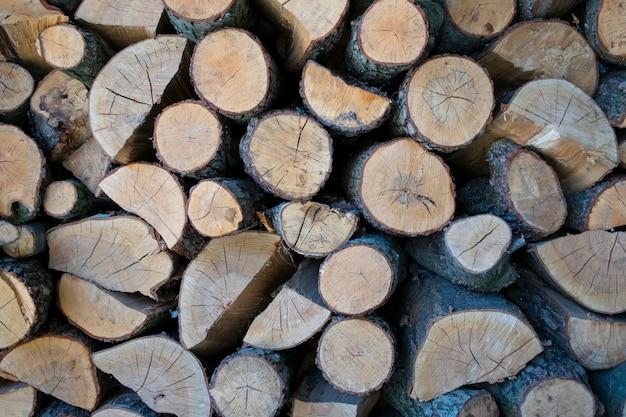 Schöner brennholzstapelhintergrund mit vielen holz